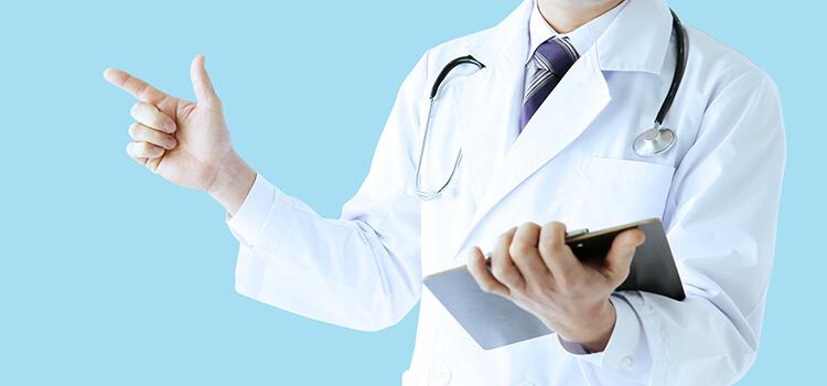 丁寧に患者に説明する医師