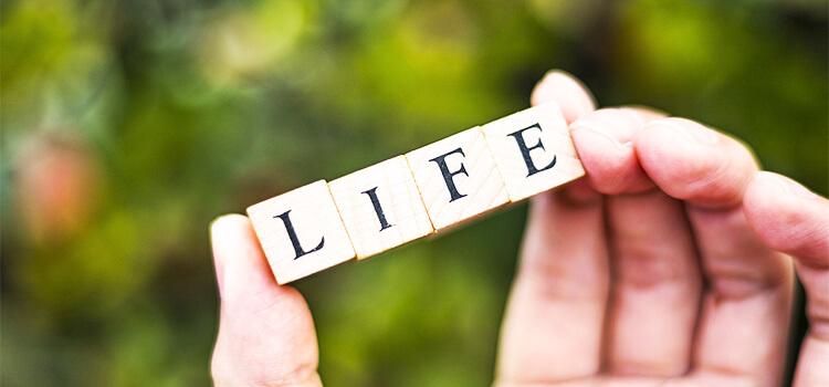 LIFEと書かれた積木を持つ手