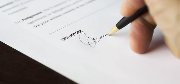 斡旋されたローンの契約書にサインするイメージ