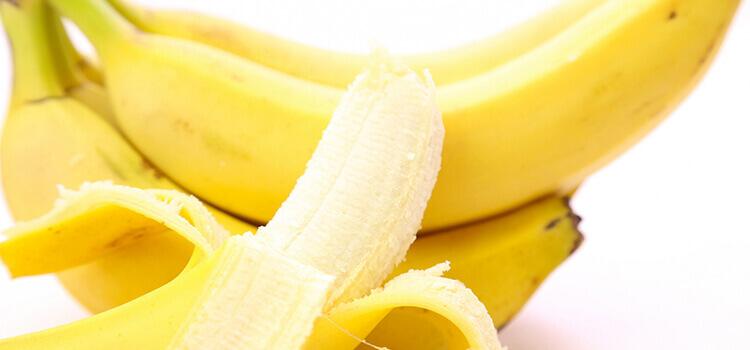 剥けたバナナと剥けてないバナナ